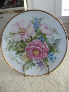 "STUNNING 7"" ROUND DECORATIVE CHINA PLATE with FLORAL DESIGN"