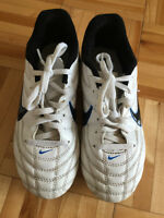 NIKE BOY'S SOCCER SHOES SIZE 1.5 USED