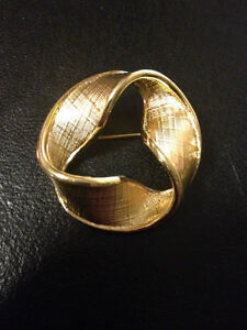 Vintage 1970's Signed Napier Twisted Ribbon Circle Brooch