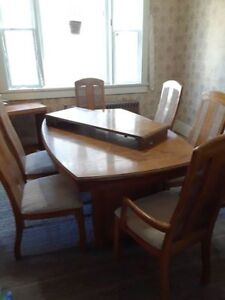 Oak Table in Excellent Condition