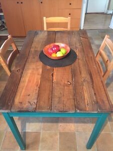 Cute Country Style Kitchen Table + 4 chairs. Pallet wood top West Island Greater Montréal image 3