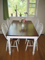 Beautiful dining table with 5 chairs
