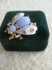 An EXQUISITE LITTLE LAPEL PIN...A BEE FOR YOUR BONNET