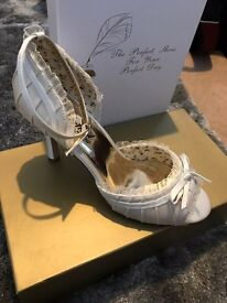 Perfect vintage wedding shoes. NEW.