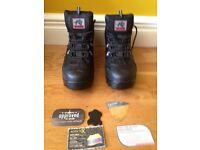 Men's size 8 Saftey boots new in box