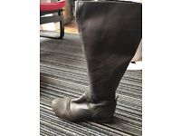 Woman leather boots size 5