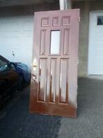 """Porte en acier rouge fonce de 36""""X79,5"""" avec fenêtre  Bonne cond"""