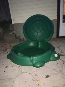 Turtle sandbox with lid