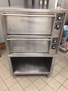 Zesto double pizza oven very clean on casters  Gatineau Ottawa / Gatineau Area image 1