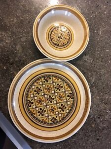 Looking for plates and bowels with this pattern