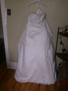 Beautiful wedding gown MUST GO!
