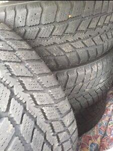 4 pneus hiver 205/55R16 sur jantes excellent état