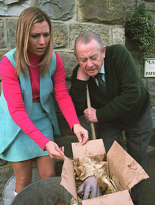 Derek Fowlds and Tricia Penrose UNSIGNED photo - H6244 - Heartbeat