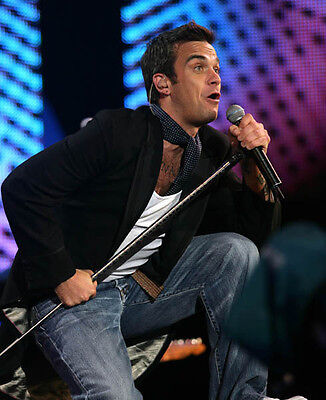 Robbie Williams UNSIGNED photo - H4124 - English singer, songwriter and actor