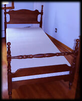 ★★ Antique Twin Bed - including like new Springbox ★★