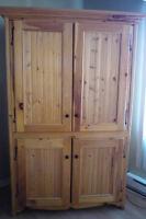 Belle armoire en pin, presque donnée!