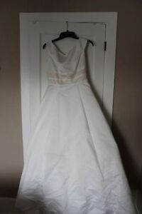 MUST GO! Beautiful wedding dress. Size 8/10. NEVER USED!