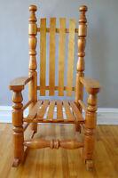 Chaise berçante - rocking chair antique en bois franc