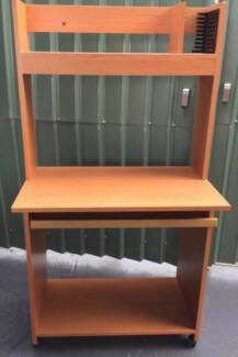 Excellent student/computer desk with wheels for sale. Delivery av