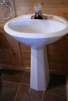 lavabo sur pied en porcelaine blanche avec robinet