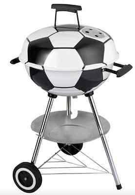 Da will jeder mal Grillmeister sein. Der Kugelgrill im Fußball-Design. (Bild:  balewo24-gartentechnik)