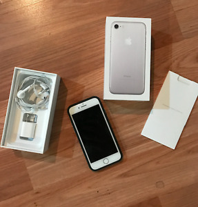 IPHONE 7 for sale (32gb, unlocked)... I upgraded to the 7+