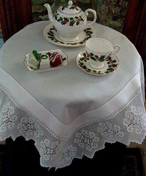 VICTORIAN Antique Linen Lace Tablecloth Topper English Tea Cloth Filet Crochet