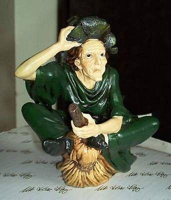 Hexe die sich auf Besen reitet, Figur aus Kunststein