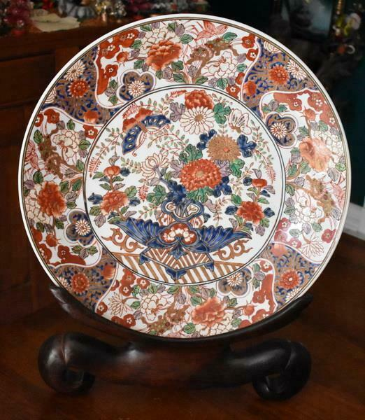 GORGEOUS HND PAINTD SIGNED JAPANESE IMARI PORCELAIN EXTRA LARGE CHARGER ON STAND