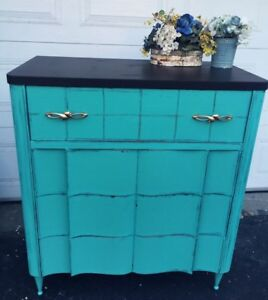 GORGEOUS MID-Century Dresser with 4 drawers