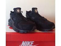 Men's triple black Nike Huarache - size 9.5