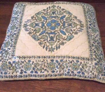 3 decorative cushions