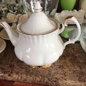 Bone china teapot and serving plate