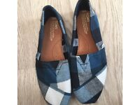 BRAND NEW TOMS size 8