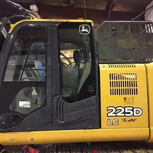 Deere 225D excavator