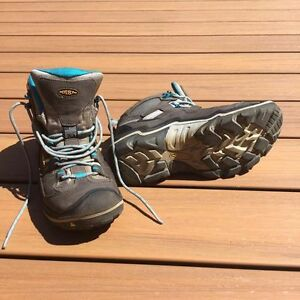 KEEN Women's Durand Mid WP, hiking boots. Size 10.
