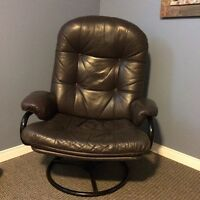 Fauteuil pivotant et tabouret en cuir. Swivel leather chair and