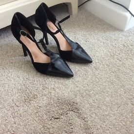 Women's pointed strap shoes