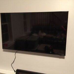 "Insignia 32"" tv with wallmount slim model"