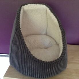 Cat/small dog bed hardly used