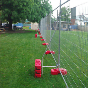 Portable welded wire mesh fence with dismountable brace or feet