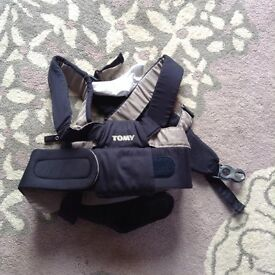 Tomy baby sling carrier