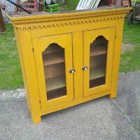 Vaisselier antique en pin a clous carrés, portes vitrés