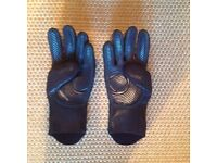 Woman's fourth element dive gloves, size: small, hardly used and in excellent condition.