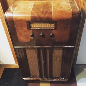 Late 1940's antique stand up tube radio