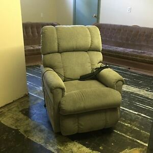 La-Z-Boy Pinnacle Lift Chair