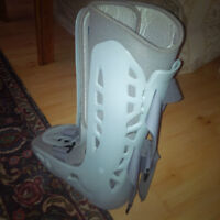 BRAND NEW AIR CAST FOR SALE WITH FREE CRUTCHES
