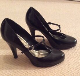 Black patent t-bar shoes in size 5