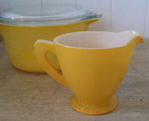 RÉDUIT Vintage. Collection. Pot à lait  jaune de type PYREX