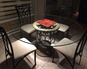 Dining table and chairs   Dinette avec chaises